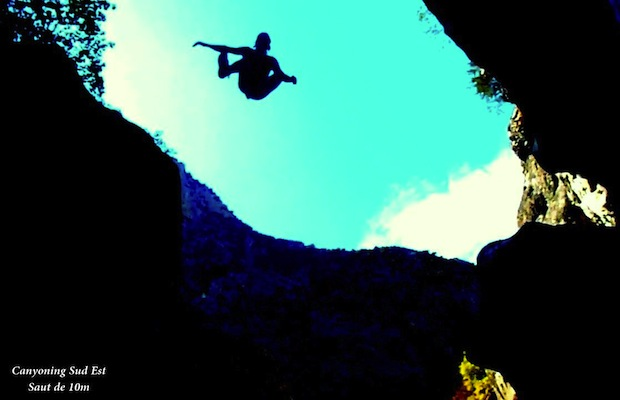 Saut 10 m�tres dans le canyon Aiglun